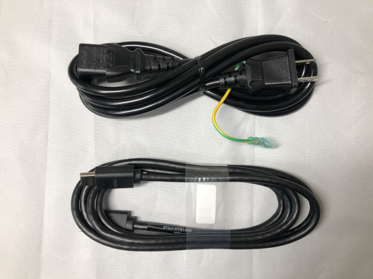 ケーブル類をモニターに接続する