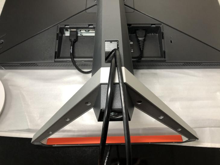 ケーブル類をモニターに接続し、カバーを装着する3