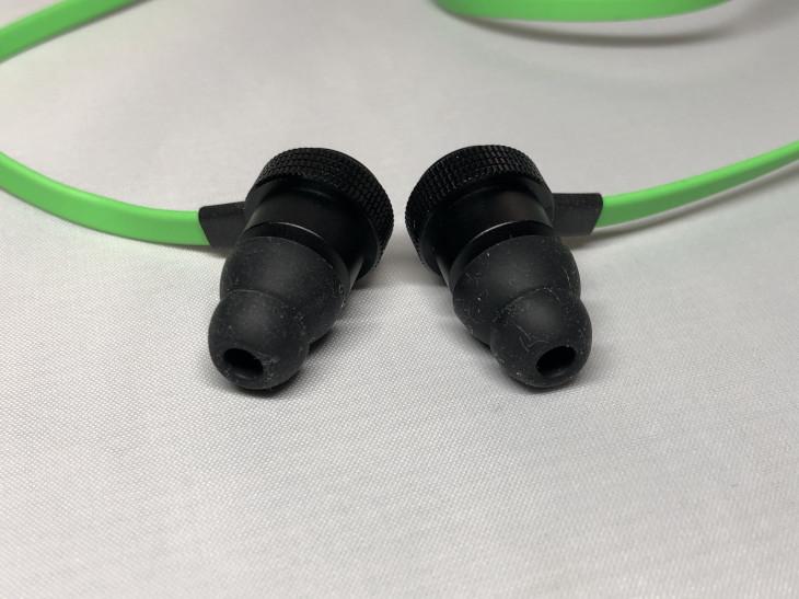 耳の穴の部分だけで固定するタイプ